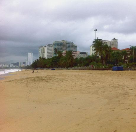Городской пляж и линия отелей в Нячанге